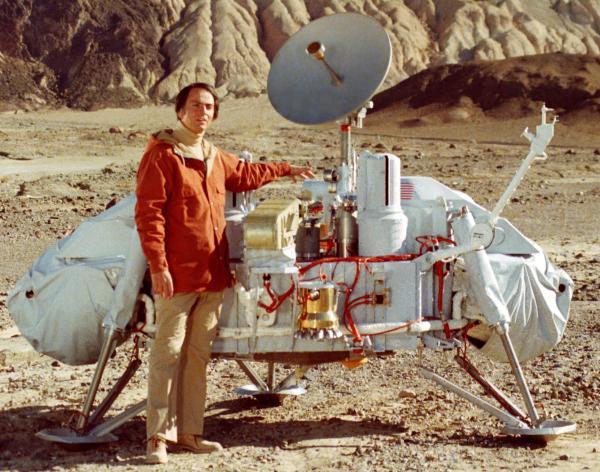 Американский астроном Карл Саган у макета автоматической марсианской станции «Викинг»