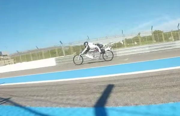 Вирусное видео как на велосипеде обогнать гоночный