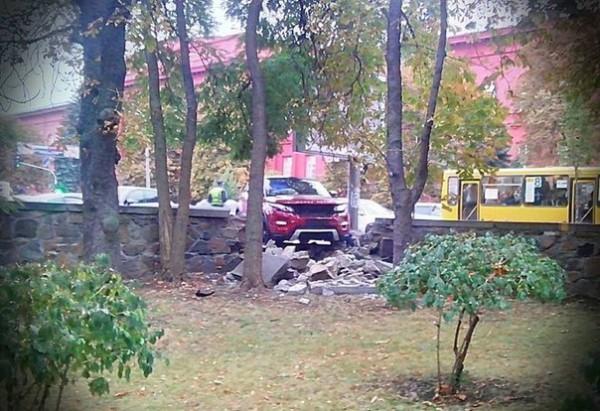 Range Rover Evoque оказался крепче каменного ограждения