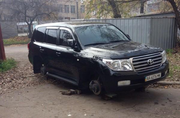 В Донецке недалеко от торгового комплекса Маяк на кирпичах стоит киевский Land Cruiser