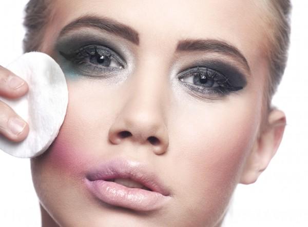 Смывание косметики с глаз