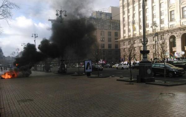В Киеве таксисты протестуют против Uber под КГГА подожгли шины