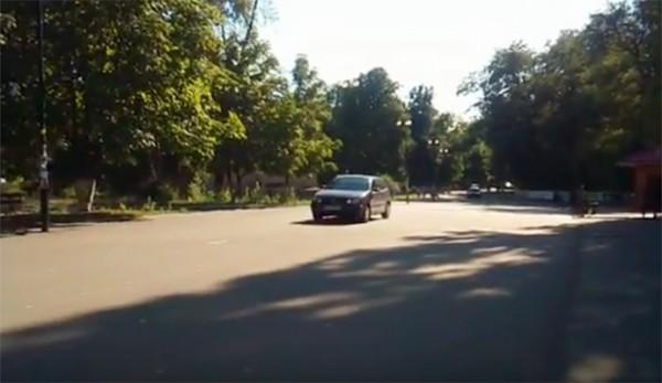 Наглый водитель объезжает провал