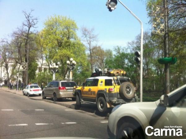 Поярков под светофором и автомобиль ДПС на тротуаре