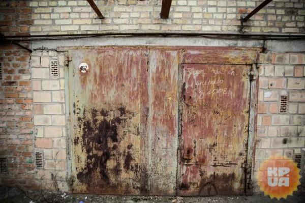 Двери гаража, за которым прятали машину
