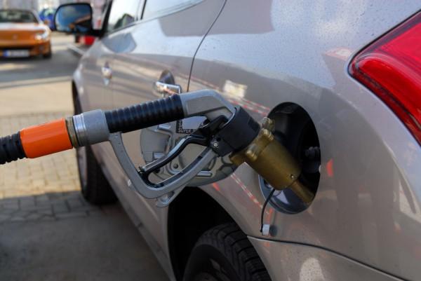 Бензин начал немного дешеветь