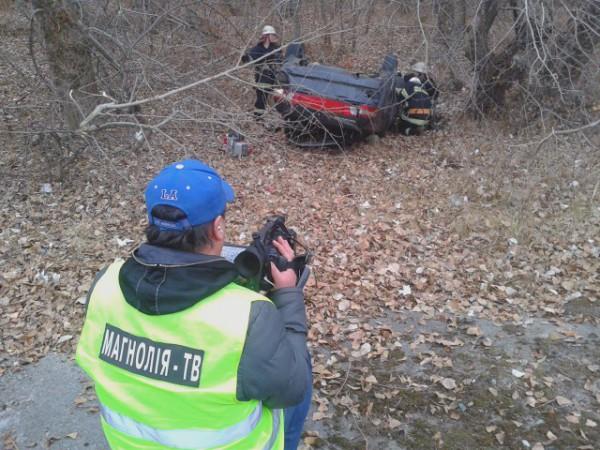 С машиной работают спасатели