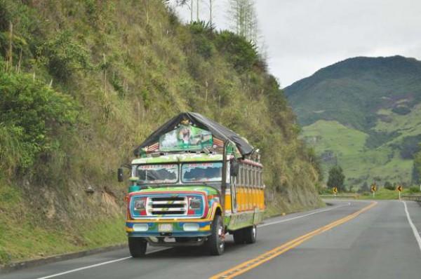 Такие школьные автобусы ездят в Колумбии