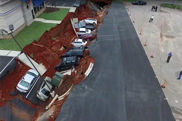Автомобили рухнули под землю