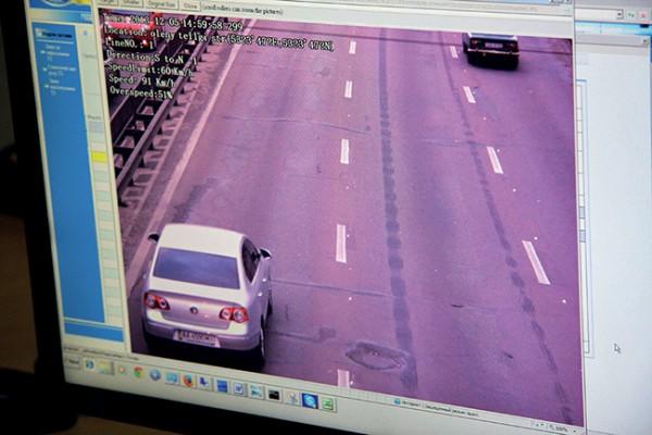 На снимке превышения скорости четко виден автомобиль-нарушитель, его номерной знак, дата и GPS-координаты