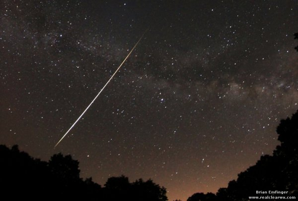 Яркий метеор Лириды на фоне Млечного Пути (США)