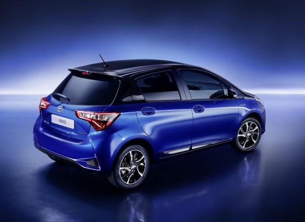 Сзади Toyota Yaris  — полностью новые бампер и фонари