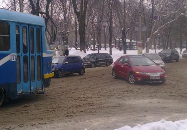 В Одессе девушка заглохла и бросила Хонду на пути трамвая