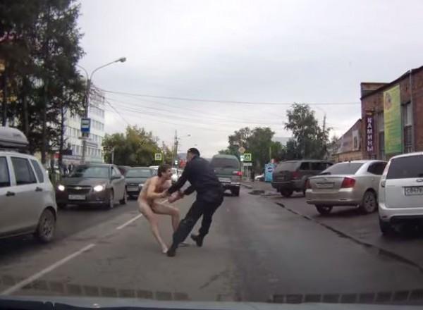 Житель Красноярска решил прогуляться нагим по улице