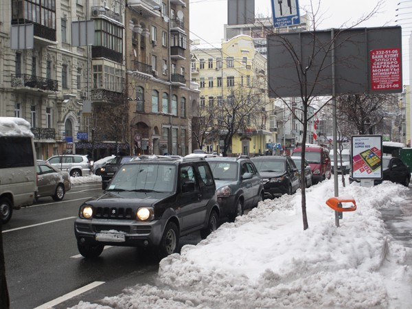 На Саксаганского паркуются вопреки запрету Попова