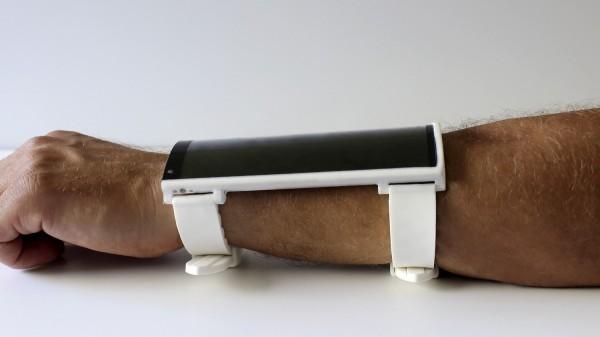 Гаджет можно носить в качестве браслета