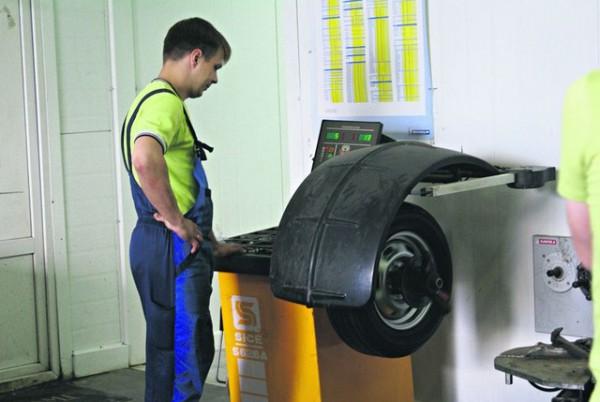 Если колеса не отбалансированы, машину ведет и покачивает