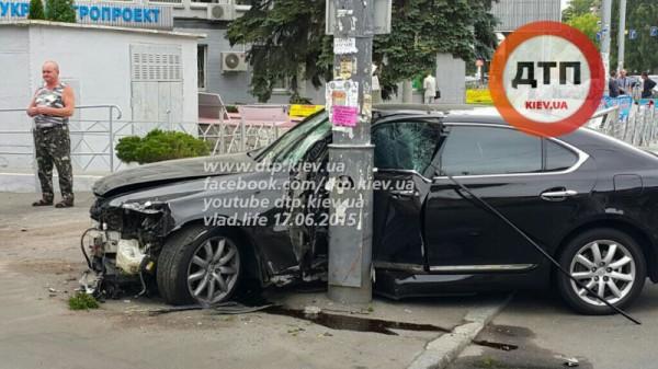 Водитель Lexus устроил аварию в Киеве