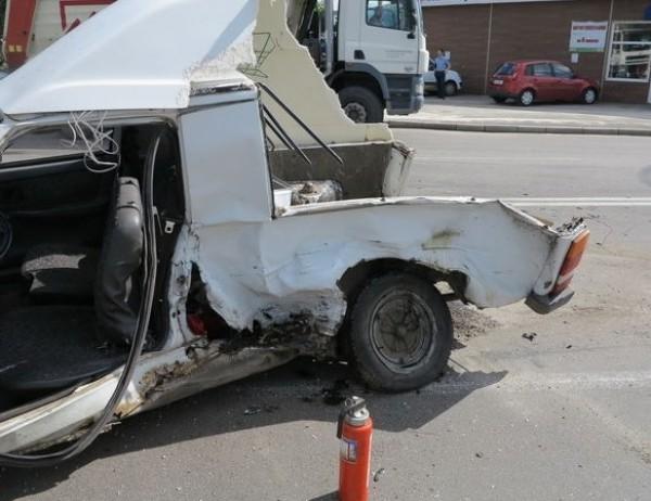 Машину разорвало на части