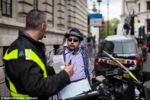 Огорченный автовладелец разговаривает с полицейским