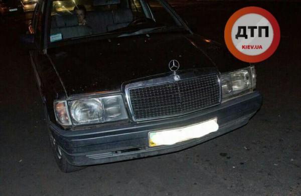 В Киеве Mercedes сбил пешехода