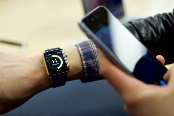 Первые покупатели Apple Watch примеряют гаджет
