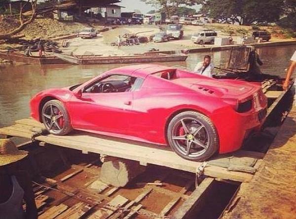 Ferrari 458 Italia пересекает границу Китая и Вьетнама