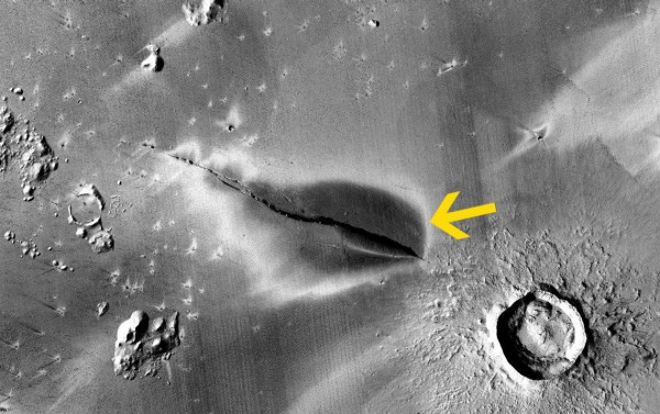 Вулканические отложения вокруг трещины в Cerberus Fossae