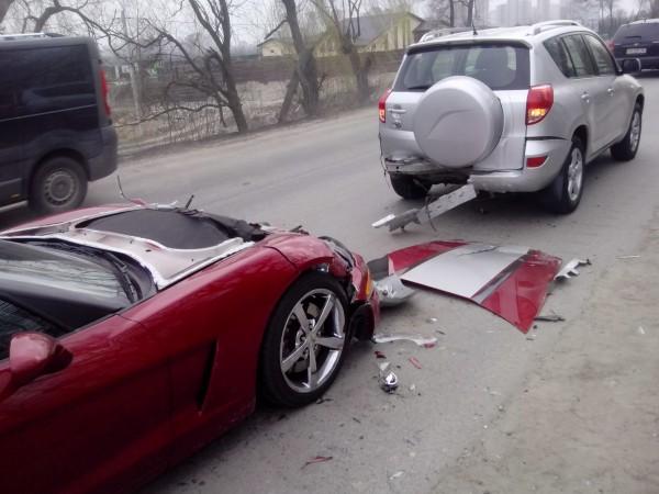 Передок машины разбит