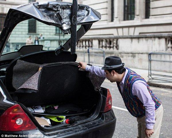 Нима Рази осматривает нанесенный автомобилю ущерб