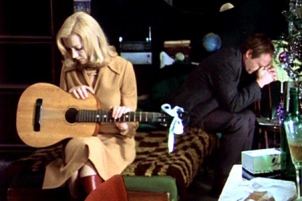 10 место – Шакира. Когда она впервые взяла в руки гитару, многие поклонники возмущенно возроптали: инструмент скрыл от взоров большую часть прекрасных бедер певицы.