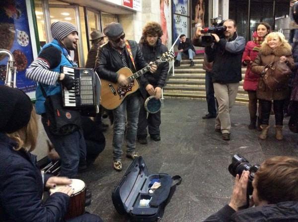 Борис Гребенщиков спел возле станции метро Золотые ворота в Киеве