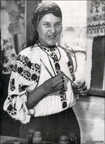 Всю жизнь Приймаченко жила скромно, одевалась в вышиванки и неизменную