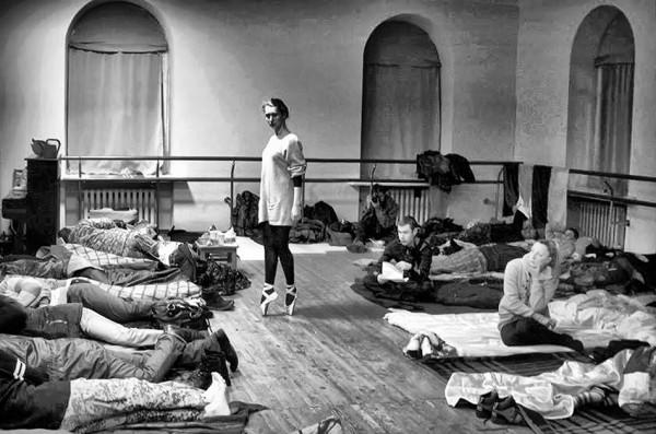 Октябрьский Дворец в ночь со 2 на 3 декабря. В здании ночуют митингующие. Балерина пришла на репетицию, несмотря ни на что.
