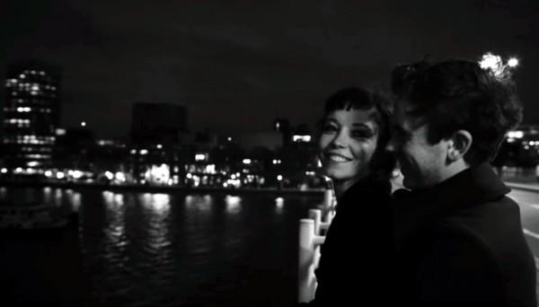 По сюжету клипа молодая пара гуляет по улицам Лондона
