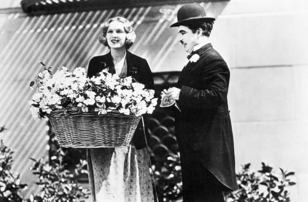 В Огнях большого города герой Чарли Чаплина влюбляется в слепую цветочницу