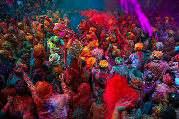 Невероятно яркий индийский праздник красок Холи добрался до Украины