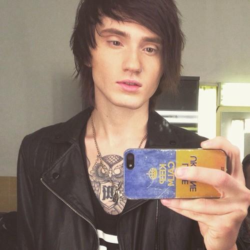 В соцсетях 23-летний музыкант регулярно подчеркивает, что гордится быть украинцем.