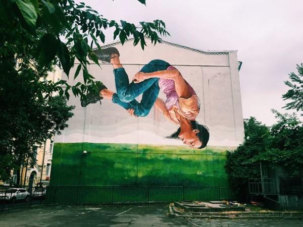Мурал на ул. Стрелецкой, 12 посвящен украинской гимнастке Анне Ризатдиновой, делающей сальто.