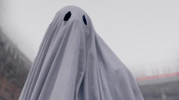 Весь фильм Кейси Аффлек ходит в белой простыне.