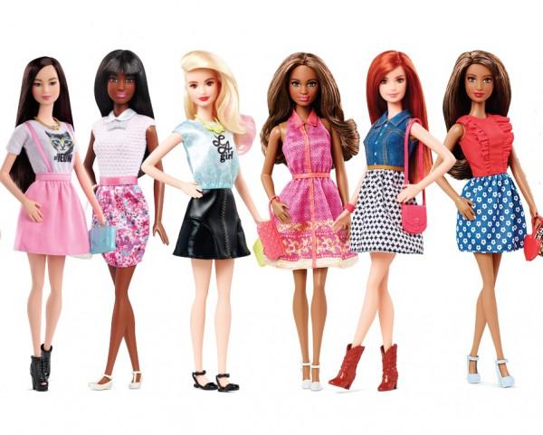 В центре внимания: Барби меняет не только цвет кожи, а и обувается так, как обычные девушки