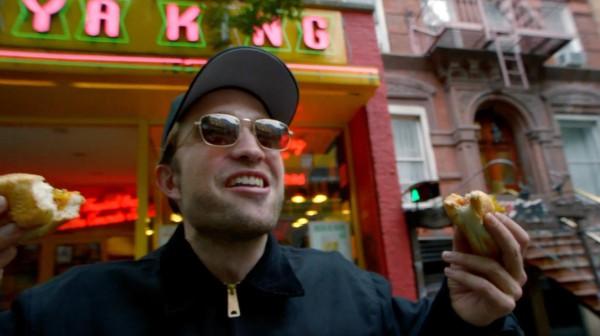 Сценарий к короткометражному ролику о поиске хот-дога актер написал сам.