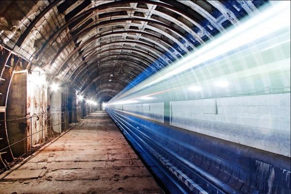 Станция Львовская брама расположена под дворами рядом со Львовской площадью