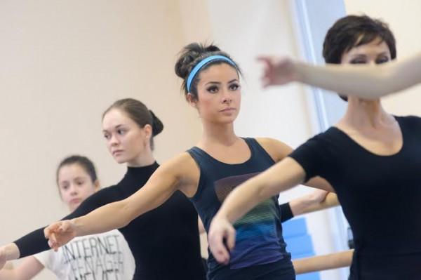 Злата Огневич во время урока хореографии