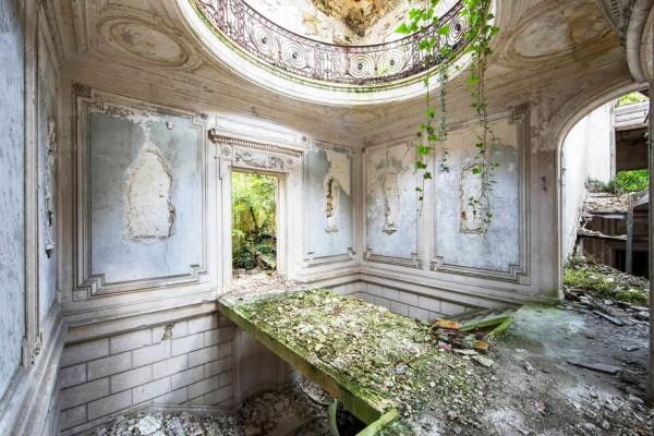 Фотограф снимает заброшенные места