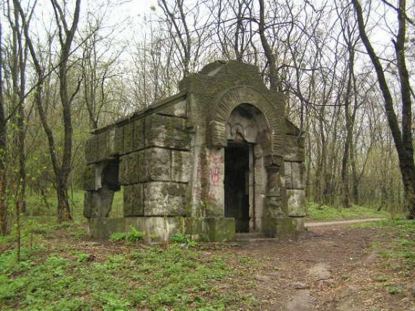 Единственный уцелевший склеп старинного кладбища