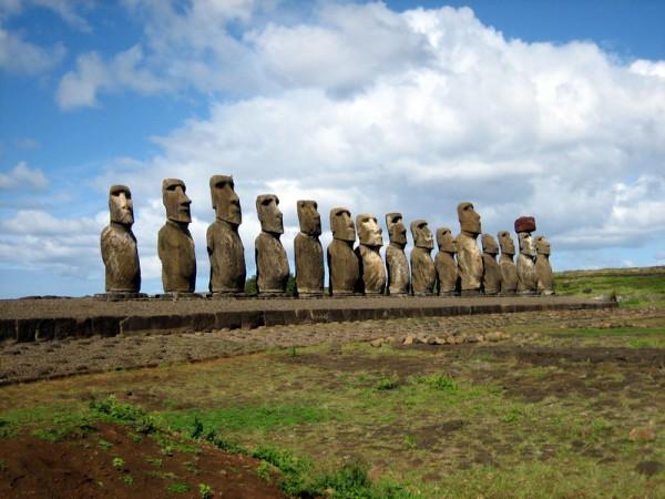 Один из самых известных памятников мира - фигуры Моаи на острове Пасхи.