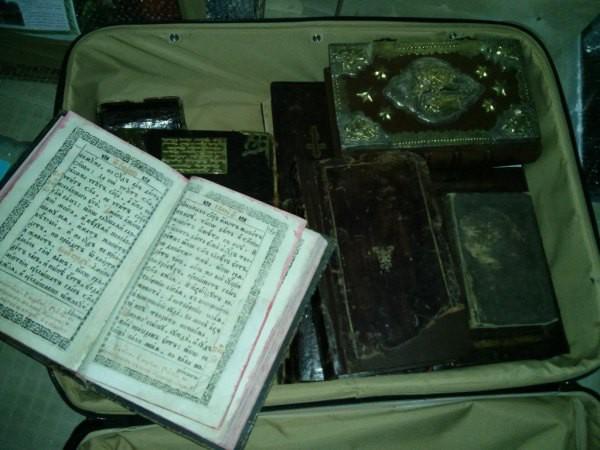 Снимок коллекции древних книг, опубликованный журналистом с места событий.