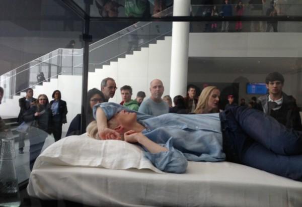 Тильда Суинтон спит в стеклянном ящике в нью-йоркском Музее современного искусства (MoMA)