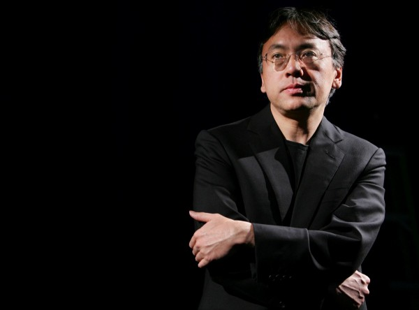 Кадзуо Исигуро написал романы Остаток дня, Не отпуская меня.